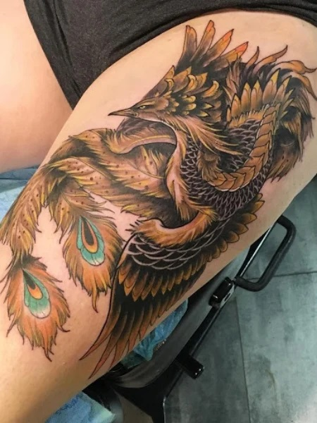 Le tatoueur a fait un phénix japonais sur la cuisse d'un homme