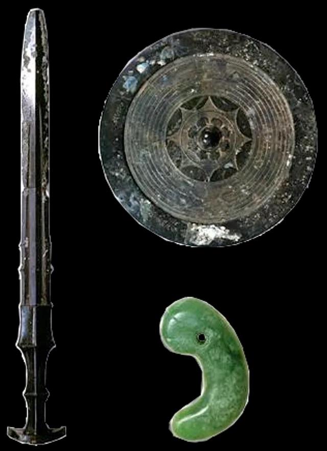 Les insignes impériaux tels qu'ils ont pu apparaître dans le passé, comme le montre l'art