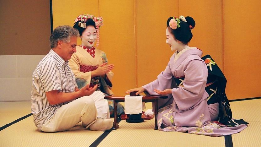 Deux Maiko avec un sublime makeup, et un tourriste
