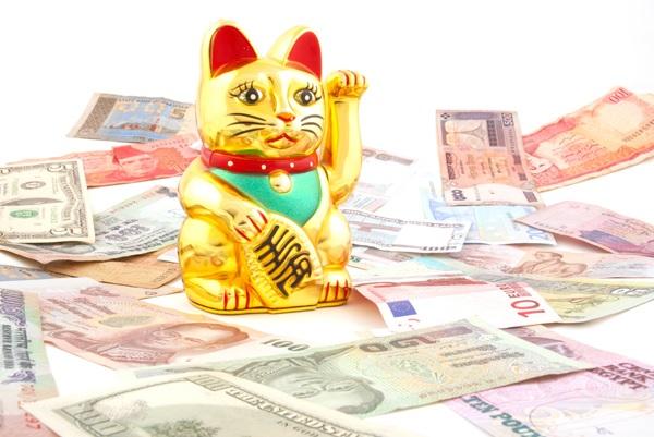 Le chat doré qui lève la patte, connu sous le nom de Maneki Neko, est entouré d'argent. C'est un porte bonheur Japonais.