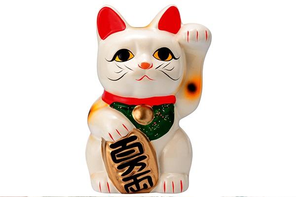 """Le Maneki Neko est souvent appelé """"chat de la fortune"""" ou """"chat chanceux"""". C'est une star au pays du soleil levant."""